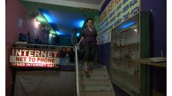 Internet kafé za rohem - zrovna se slavil svátek, proto ta svastika z kytek na výloze