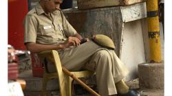 Pahar Ganj - policista, bambusové hole nemají jen tak pro parádu