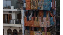 Pahar Ganj - třípatrový obchod s přehozy na postele