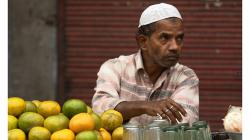 Jeden z typických prodejců čerstvých džusů na ulici