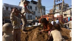 Děti na hromadě písku - Pahar Ganj, Delhi