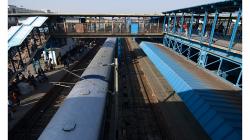 Nádraží New Delhi - pohled z nadchodu
