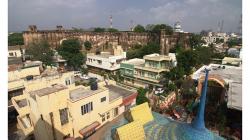 Střešní restaurace naproti Hotelu Kalyan - výhled na nedalekou pevnost