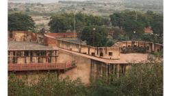 Výhled z pevnosti Agra, v pozadí v mlze, smogu a prachu Taj Mahal