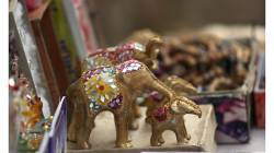 Sloni, bohužel jen suvenýry, živé jsme jen zahlédli z dálky