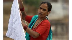 Na střeše se v Indii děje ledacos - věšení prádla