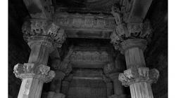 Khajuraho - chrámový komplex - interiéry chrámů jsou téměř totožné