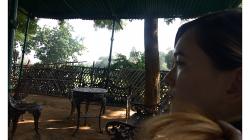 Khajuraho - chrámový komplex, odpočinek na zahrádce