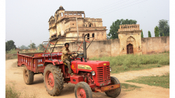 Traktorista ochotně zastavil, zapózoval a ani za to nic nechtěl :)