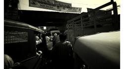 Varanasí - cesta městem - zácpa před tunelem