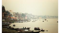 Varanasí - pohled na Gangu a město