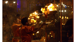 Varanasí - večerní obřad - spousta dýmu, hudby, ohně a energie