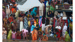 Varanasí - ranní očistná koupel v řece