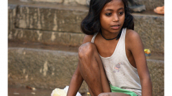 Varanasí - ranní očistná koupel v řece - nesmělé krůčky mládí
