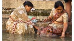 Varanasí - ranní očistná koupel v řece - pouštění svíček po vodě