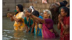 Varanasí - ranní očistná koupel v řece - hypnotické odříkávání textů motliteb
