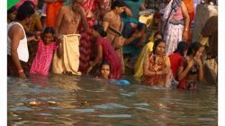 Varanasí - ranní očistná koupel v řece - svíčky už plavou