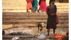 Varanasí - někdo se koupe...jiný čumí :)