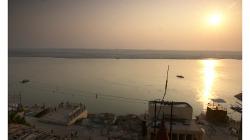 Varanasí - ještě jeden pohled na východ Slunce nad Gangou, tentokrát z hotelu