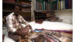 Varanasí - prodavač hedvábí - to zboží bylo okouzlující a varanaské hedvábí je proslulé
