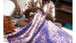 Varanasí - prodavač hedvábí - být ženská, koupím si tam minimálně deset šál
