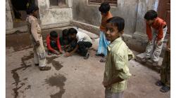 Varanasí - kluci hrají na ulici kuličky