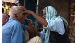 Varanasí - holič na ulici