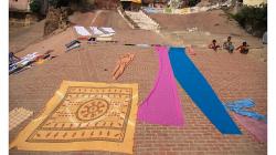Varanasí - sušení sárí vypraných v řece - i přes to, jak je řeka špinavá, prádlo vypadá čistě, nemyslíte?