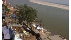 Varanasí - dítě pouštící si draka. Je to tam velice oblíbené a má to svou poetickou krásu
