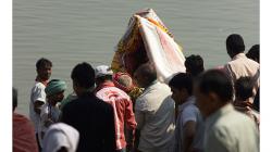 Varanasí - lidé na ghátech