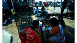 Varanasí - ženy před nádražím