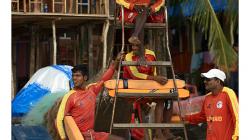 Goa - záchranáři okukují herečky