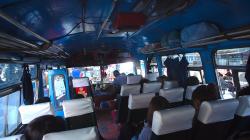 Typický thajský bus: starý, rozvrzaný, ale levný