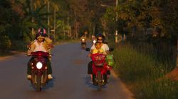 Cestou do Akha, ani nízké večerní slunce nepřinutí thajce si nasadit brýle