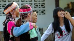 Slečny z horských kmenů pózují v krojích se stařenkou