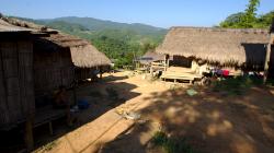 Jedna z vesniček v okolí Akha - používají solární panely
