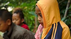 Děti sledují uloveného hada, měly z něj respekt i když byl zavřený v kleci