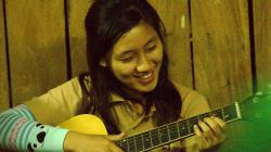 Každý večer se v Akha sedí, hraje na kytaru, zpívá a povídá u ohně