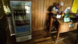 Recepce - z chladničky vlevo si člověk bere, co chce, jen si to pak napíše do sešitku k úhradě. A funguje to ;)
