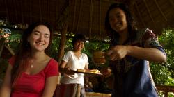 Poslední snídaně, místní děvčata jsou opravdu milá