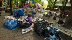 Nádvoří chrámů slouží ke spoustě věcí - v tomto případě k recyklaci odpadků
