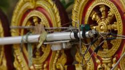 Další skvělá elektro instalace, tentokrát jako součást chrámové výzdoby