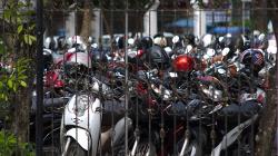 Motorky před školou