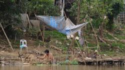 Výlet lodí po řece, tady bydlí chudí