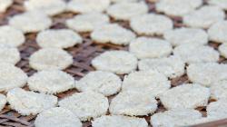 Rýžové placičky se suší
