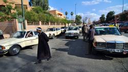 Stanoviště taxíků Mercedes / Mercedes taxi cab\'s station