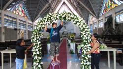 Příprava svatby v kostele / Wedding preparations in church