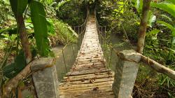 Tudy se dá chodit na treky, ale ne po zemětřesení a hurikánu / This way you can do trekking, but not after earthquake and typhoon