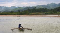 Převozník přes řeku Sipalay / Sipalay river ferryman