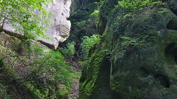 Mezi skalami / Between rocks